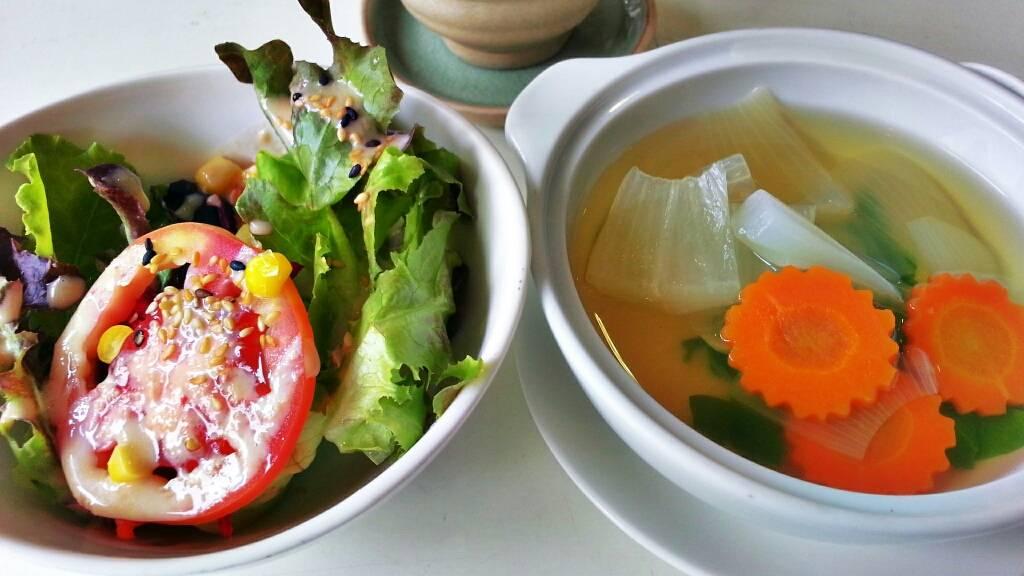 ซุปประจำวันของวันนี้เป็นแกงจืดใส่แครอท กับหัวไชเท้า ที่ ร้านอาหาร Be Organic by Lemon Farm เดอะปอร์ติโก้ หลังสวน