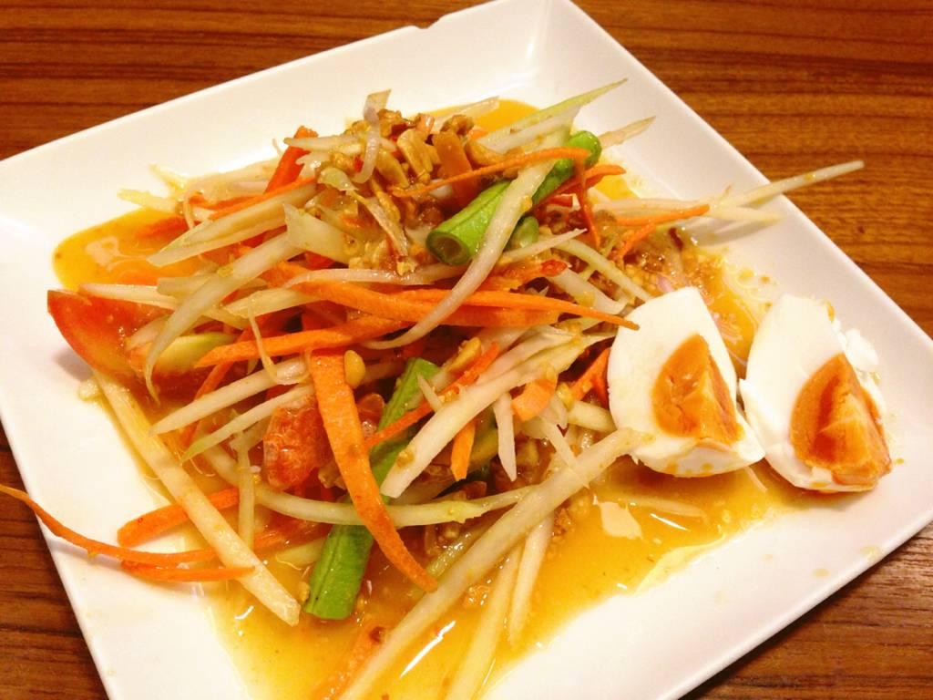 ส้มตำไทยไข่เค็ม ที่ ร้านอาหาร แซ่บอีลี่ เอเวอรี่เดย์ สีลมคอมเพล็กซ์