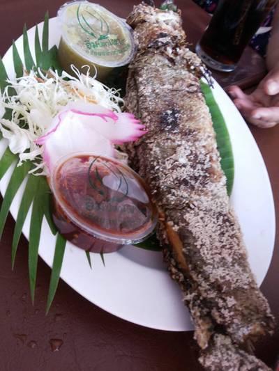 ปลาช่อนเผาเกลือ อร่อย หอม สด  ที่ ร้านอาหาร อิ่มปลาเผา ดอนเมือง