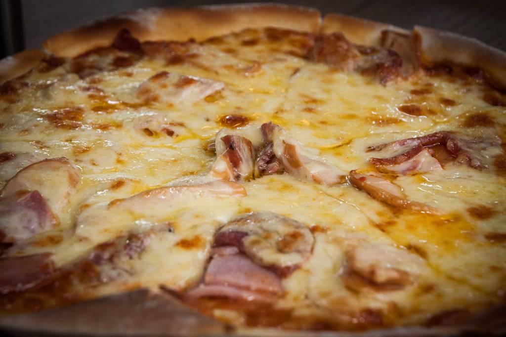 พิซซ่าอิตาเลี่ยนซาลามี่ (280.-) แบบซูมๆ ที่ ร้านอาหาร Suzette