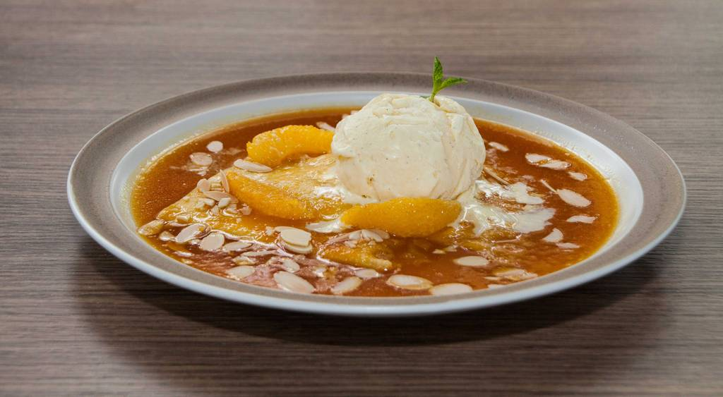 เครปซูเซทกับไอศกรีมวนิลลา (220.-) เปลี่ยนมุมมอง ที่ ร้านอาหาร Suzette