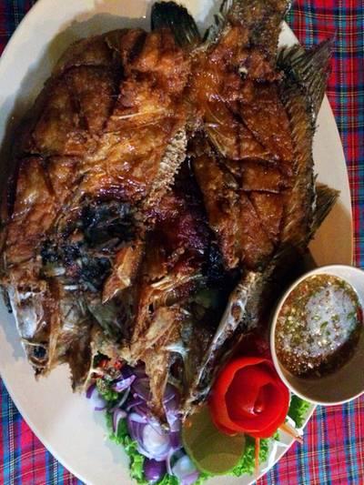 ปลาพงทอดน้ำปลา ที่ ร้านอาหาร แก่งเพการีสอร์ท