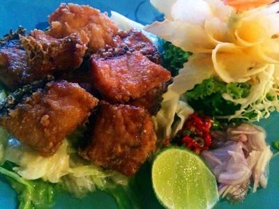 ปลาพงชิ้นทอดน้ำปลา ที่ ร้านอาหาร แก่งเพการีสอร์ท