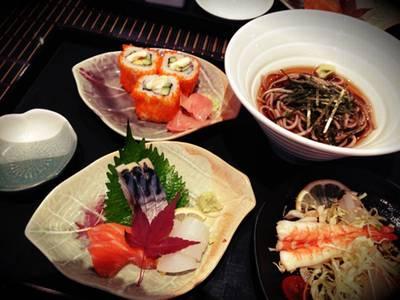 สลัดปลาดิบทางด้านซ้านมือ ดูตามอีกรูปนะคะ พอดีหิวลืมตัว กินไปก่อน555 ที่ ร้านอาหาร Sha Raku Japanese Restaurant