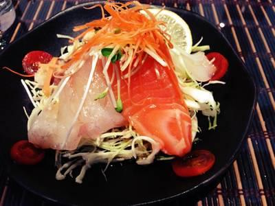 สลัดปลาดิบ ที่ ร้านอาหาร Sha Raku Japanese Restaurant