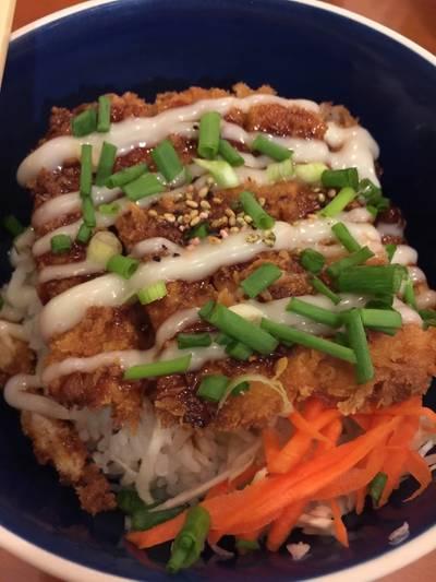 ข้าวหน้าหมูทอดญี่ปุ่น ที่ ร้านอาหาร เมี่ยงปลา