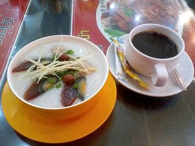 โจ๊กกับกาแฟยามเช้า ที่ ร้านอาหาร มารีน่า ฮ่องกง
