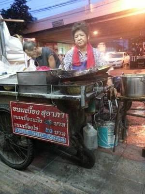 ป้าขา รอนานแล้วค่ะ ^ ^ แต่ยอมรอ ที่ ร้านอาหาร ขนมเบื้องญวน สุอาภา ตลาดพลู