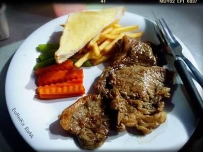 สเต็กเนื้อสันนอก ที่ ร้านอาหาร สเต็กลุงหนวด จุฬาซอย 20