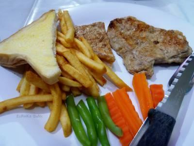 สเต็กหมู ที่ ร้านอาหาร สเต็กลุงหนวด จุฬาซอย 20