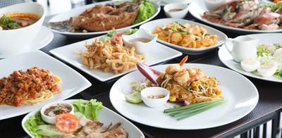 อิ่มเอมอาหารไทยในบรรยากาศรีสอร์ทริมชายหาด ที่ Sunshine Paradise Resort
