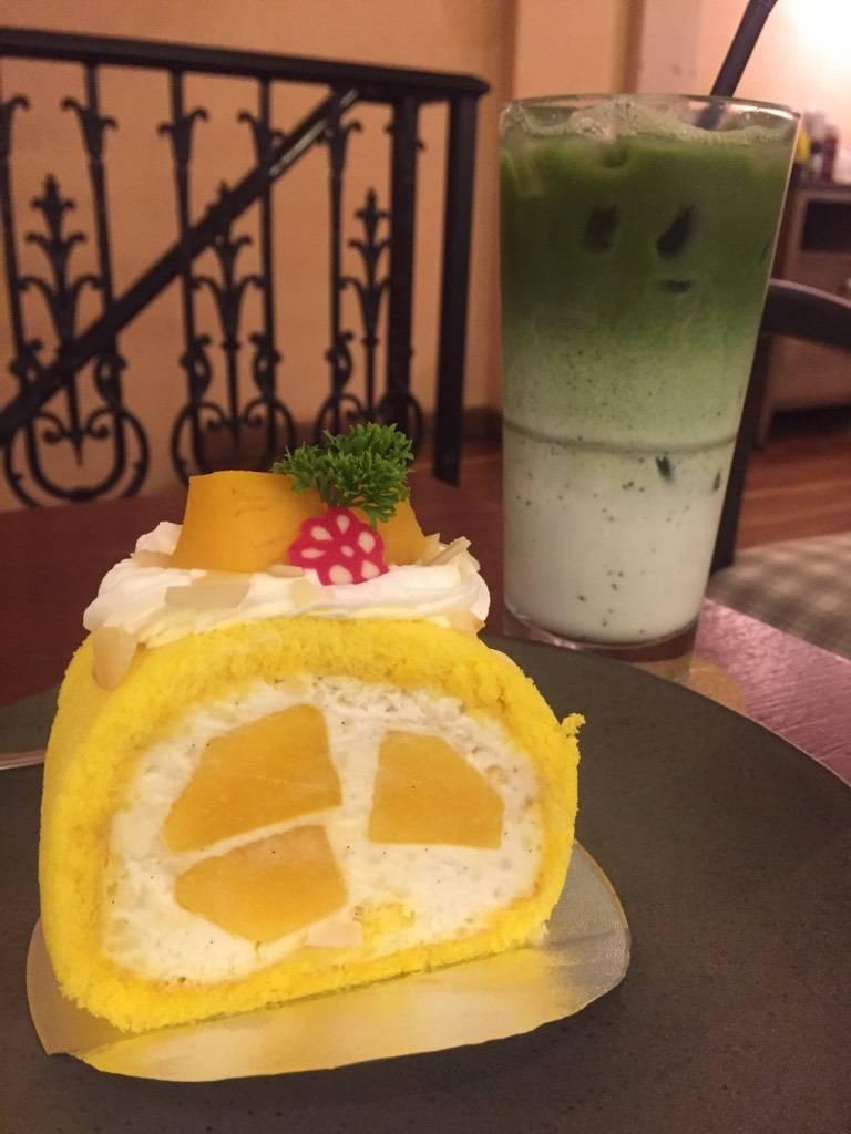 Mango Roll กับ Matcha Latte ที่ ร้านอาหาร Tiny Cup Café