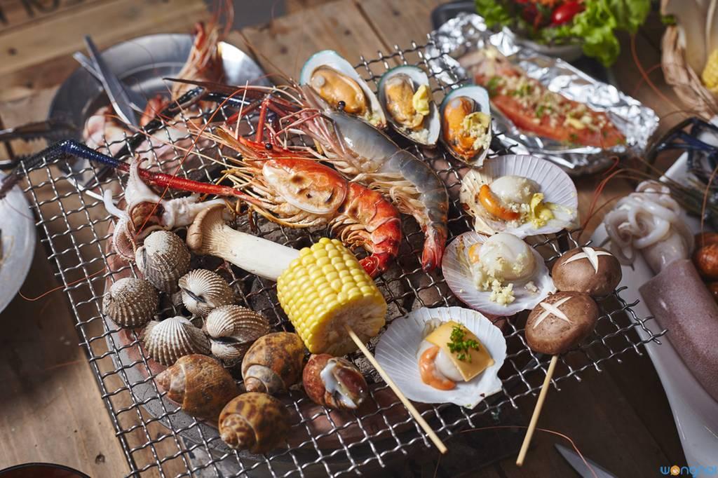 ตะแกรงของทางร้านไม่เคลือบสารตะกั่ว ไม่เป็นอันตรายแน่นอน สามารถสัมผัสตะแกรงได้ ที่ ร้านอาหาร Seafolk Seafood