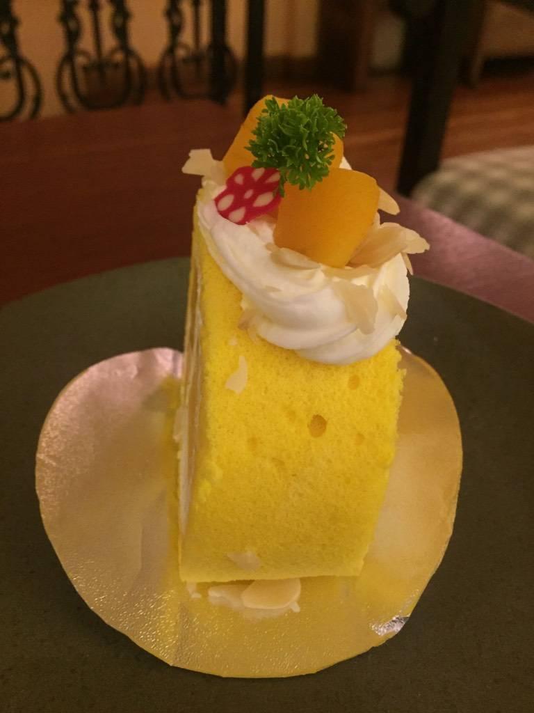 Mango Roll มุมข้าง ที่ ร้านอาหาร Tiny Cup Café