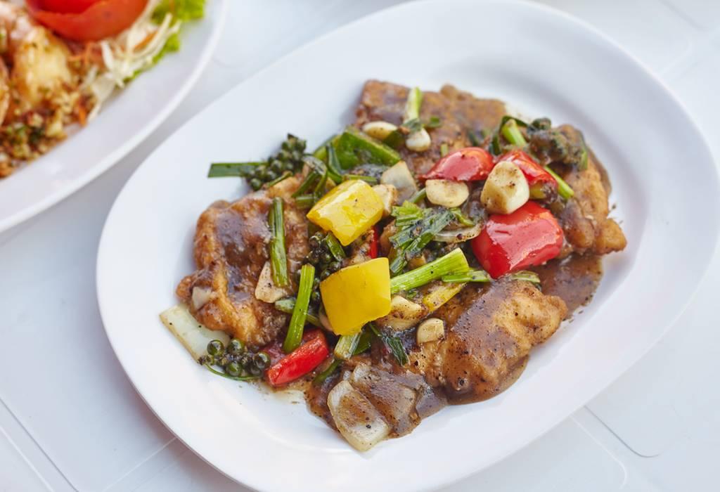 """""""เนื้อปลาเก๋าพริกไทยดำ"""" (240 บาท) ที่ ร้านอาหาร กุ้งเผาหัวหมาก"""