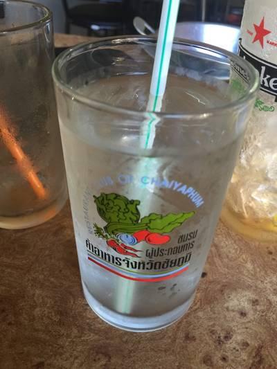 มีน้ำเปล่าให้ตอนท้ายด้วยครับ ที่ ร้านอาหาร เอมโอช