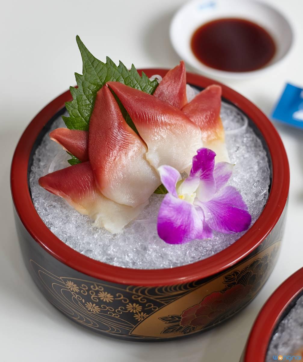 """""""Hokkigai Sashimi"""" (99.-) ที่ ร้านอาหาร Kobune Central World"""