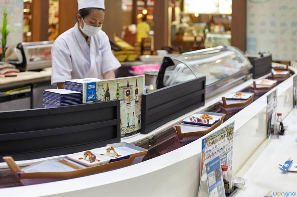 บรรยากาศร้าน • บริเวณบาร์ซูชิสายพาน ที่ ร้านอาหาร Kobune Central World