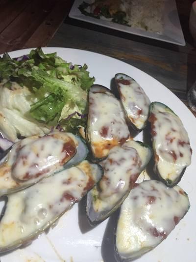 หอยแมงภู่อบชีส ที่ ร้านอาหาร แกะบางกอก