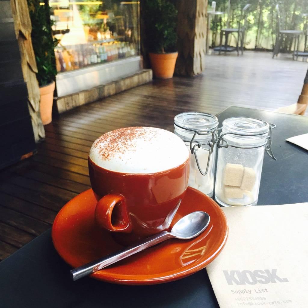 Hot cappucino ที่ ร้านอาหาร Kiosk Cafe