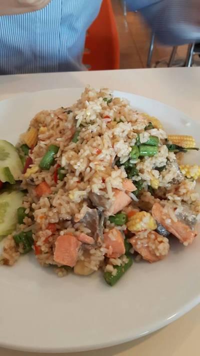 ข้าวผัดกระเพราปลาแซลมอนคลุก ที่ ร้านอาหาร ดีโด้