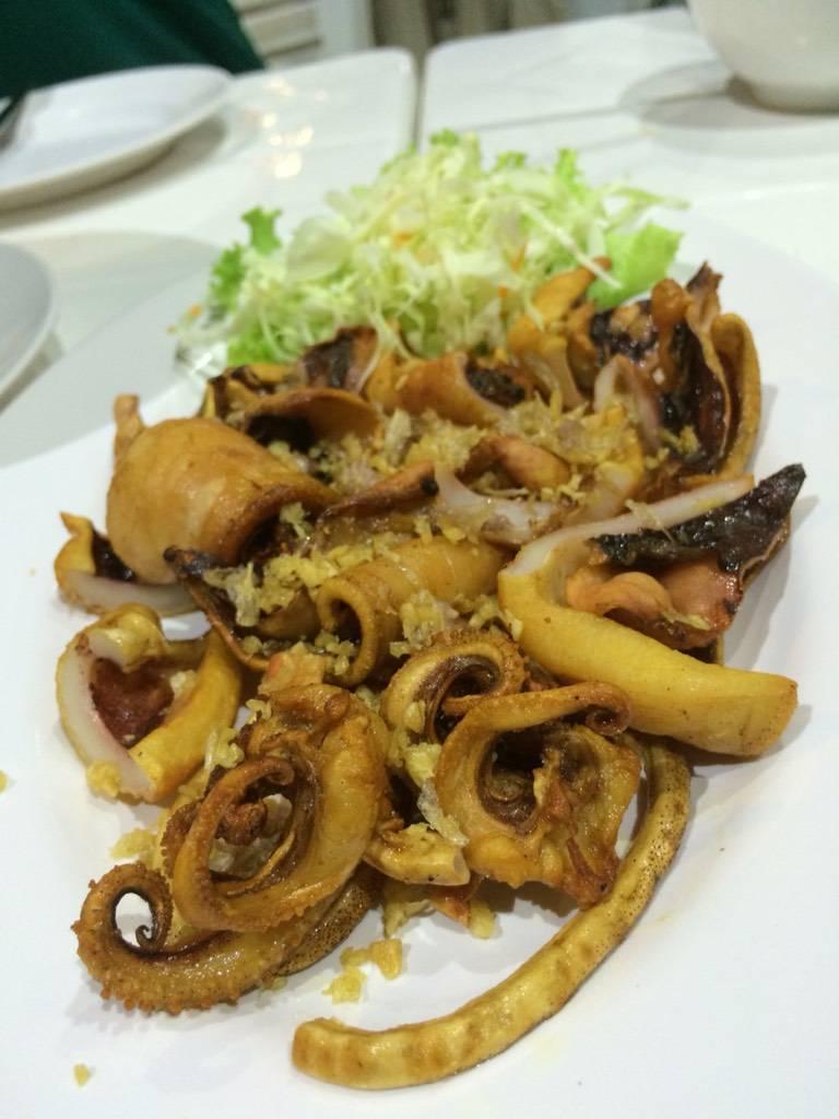 ปลาหมึกแดดเดียวทอดน้ำปลา ที่ ร้านอาหาร กุ้งเผาหัวหมาก หัวหมาก