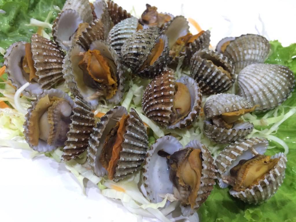 หอยแครงลวกสุก ที่ ร้านอาหาร กุ้งเผาหัวหมาก หัวหมาก