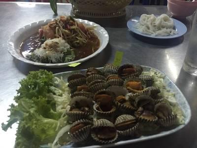 ส้มตำโคราช หอยแครงลวก • ส้มตำอร่อยดี หอยแครลงน้อยไปหน่อย ที่ ร้านอาหาร ANN & CHAI เมี่ยงปลาเผา