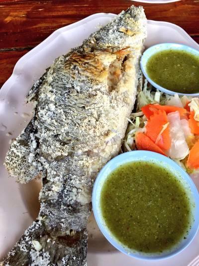 ปลากระพงพอกน้ำปลา ที่ ร้านอาหาร ครัวปูหลน