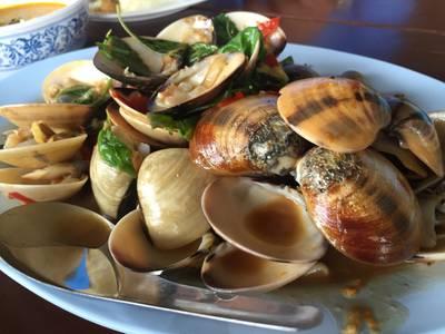 หอยตลับผัดฉ่า ที่ ร้านอาหาร ท่ามะพร้าวซีฟู้ด