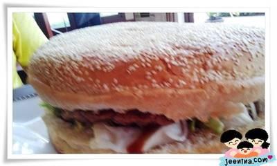 XXL House Burger ที่ ร้านอาหาร XXL Kitchen Hua Hin