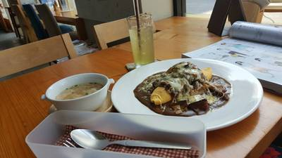 ข้าวห่อไข่ ใส่เห็ด เบค่อน ชีส และมะเขือม่วง ราดซ้อสแกงกะหรี่ • เพิ่มอีก50บาทได้เซทนี้ค่ะ ที่ ร้านอาหาร Omu Japanese omurice & cafe พาร์คเลน เอกมัย
