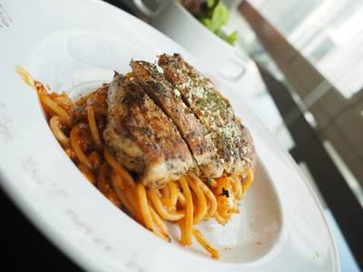 Cajun chicken marinara • อาหารเสิรฟ์ร้อนๆ เมื่อม้วนเส้นแล้วจะมีควันจางๆลอย หอมกรุ่น ที่ ร้านอาหาร The Manhattan Fish Market เทอมินอล 21