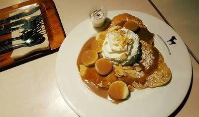 Pancake Caramel Banana ที่ ร้านอาหาร After You Dessert Cafe เจ อเวนิว