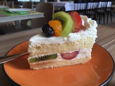 Mixed Fruits Castard Cake ที่ ร้านอาหาร Secret Garden สาทร