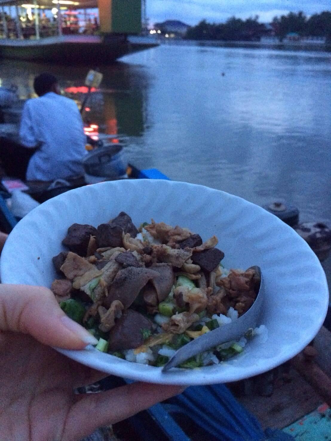 ร้านข้าวแห้งขายในเรือ นั่งกินกันบนโป๊ะ บรรยากาศริมน้ำ