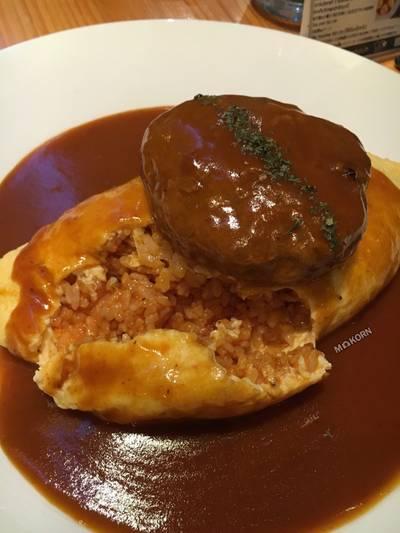 ข้าวห่อไข่(ลาวา)ซอสเดมิกลาส/ซอสฮายาชิ/ครีมซอส ทอปปิ้งตามใจชอบ • รอนานหน่อย แต่ก็อร่อยดี ที่ ร้านอาหาร Omu Japanese omurice & cafe พาร์คเลน เอกมัย