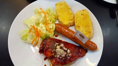 สเต็กอกไก่นุ่มซอสเกาหลี + ไส้กรอกหมูคูโรบูตะ • ไก่นุ่ม ไส้กรอกกรอบ อร่อยดี ที่ ร้านอาหาร SANTA FE' STEAK เซ็นทรัลเวิลด์