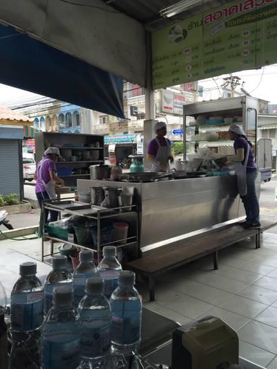 ครัวเปิดเห็นๆ ที่ ร้านอาหาร สอาด เสวย บางบอน