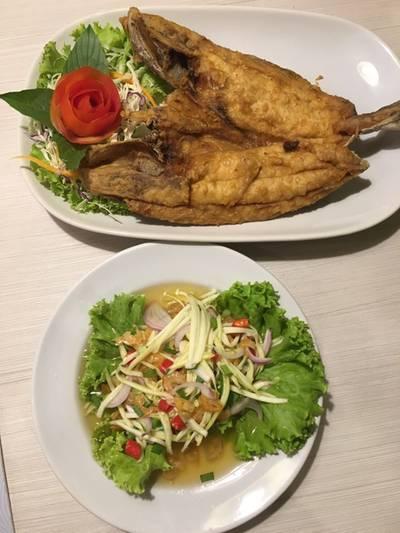 ปลาสำลียำมะม่วง ที่ ร้านอาหาร ช้อนเงิน ช้อนทอง