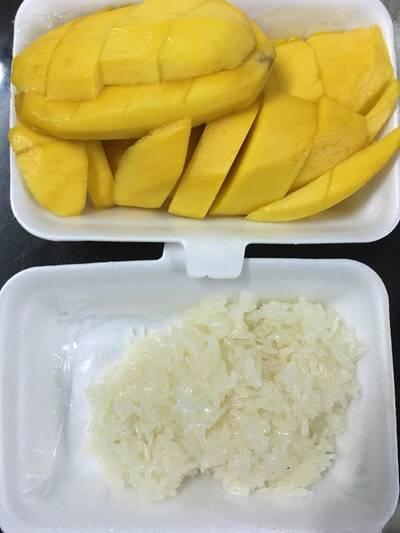 ข้าวเหนียวมะม่วง • size L (100฿) ที่ ร้านอาหาร ข้าวเหนียวมะม่วง สุขุมวิท 38
