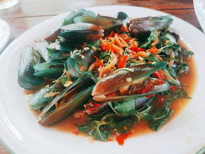 หอยแมลงภู่ผัดใบโหระพา • อร่อยเด็ด แนะนำว่าต้องสั่ง ที่ ร้านอาหาร ครัวธรรมชาติ กาญจนบุรี