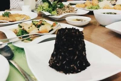 กุ้งแม่น้ำผัดซอสมะขาม,ลาบปลาแซลมอน,ผัดผักบุ้งฝอย,แกงเขียวหวานลูกชิ้นปลากราย,สลัดปูนิ่ม,ปลาสำลีทอดยำมะม่วง • กับข้าวอร่อย ที่ ร้านอาหาร Secret Garden สาทร