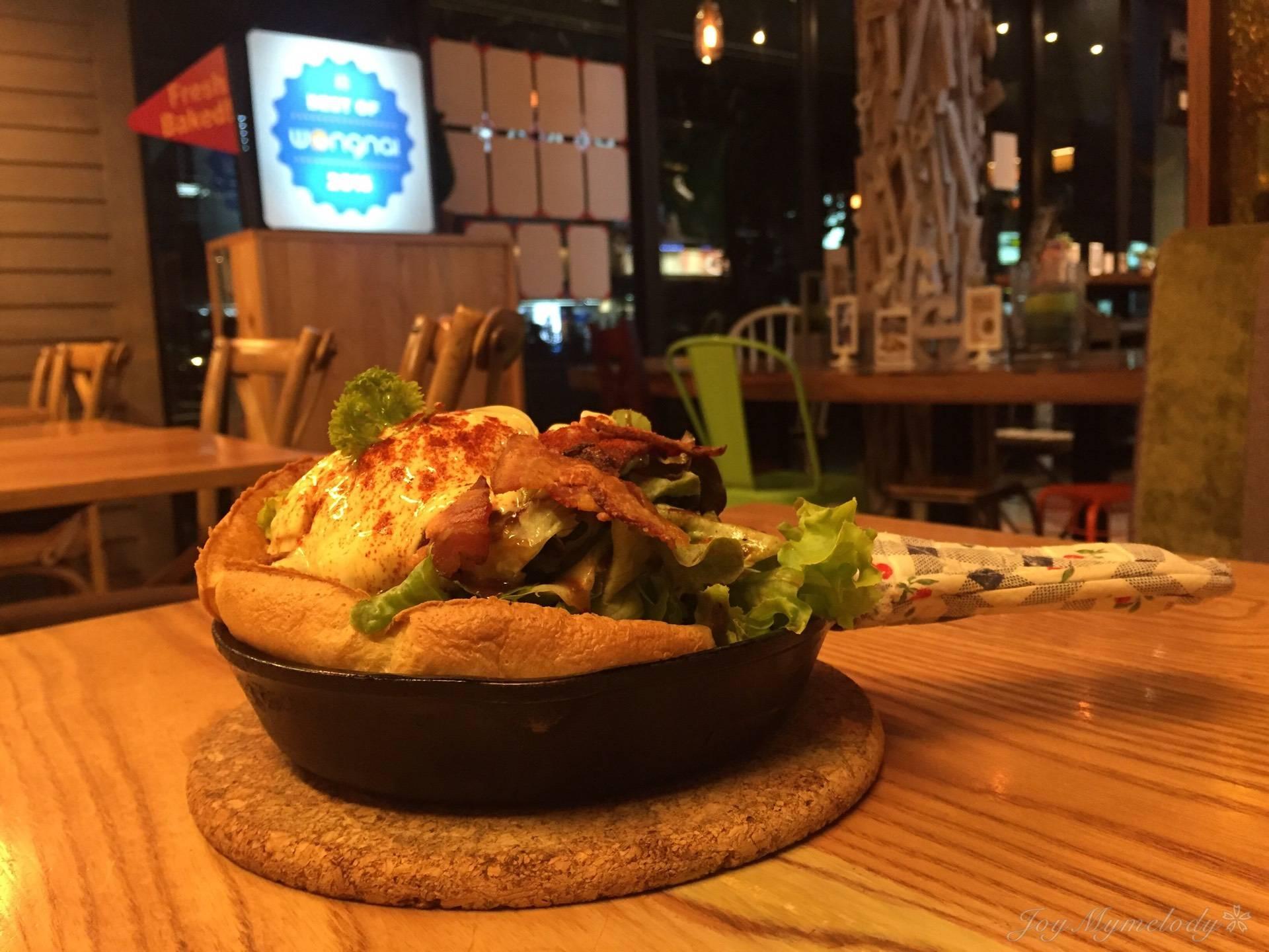 Poached Egg & Hollandaise Sauce • แชะมุมกว้างๆ ที่ ร้านอาหาร Panary Cafe