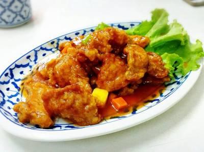 หมูทอดเปรี้ยวหวาน เอาหมูไปทอดให้กรอบ แล้วราดด้วยซอสเปรี้ยวหวานแบบจีน ที่ ร้านอาหาร เกี๊ยวจีน (ภัตตาคารซันมูน)
