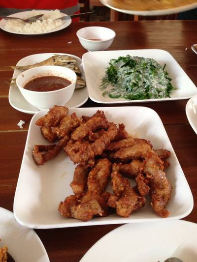 น้ำพริกกะปิปลาทูทอดผักกูดราดกะทิ • และหมูแดดเดียว ที่ ร้านอาหาร ครัวม่อนไข่