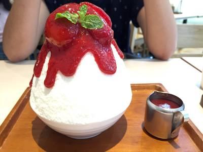 Strawberry Cheesecake Kakigori (Japanese Shaved Ice) • ใสๆวัยรุ่นชอบ ชีสเค้กอยู่ด้านล่างสุดนะคับ ที่ ร้านอาหาร After You Dessert Cafe เจ อเวนิว