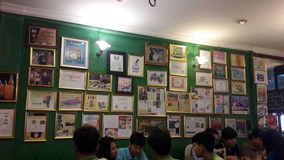 ประกาศนียบัตรเพียบ ที่ ร้านอาหาร เหล่ากุ้ย บะหมี่อัศวิน