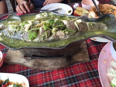 ปลานึ่งมะนาว ที่ ร้านอาหาร บ้านไม้ริมน้ำ