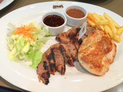 สเต็กหมูคุโรบุตะและสเต็กอกไก่นุ่ม ที่ ร้านอาหาร SANTA FE' STEAK เซ็นทรัลเวิลด์